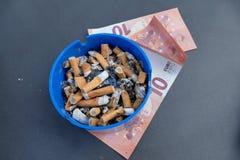 Ρίξτε τα χρήματα ashtray στοκ φωτογραφία με δικαίωμα ελεύθερης χρήσης