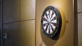 Ρίξτε το βέλος στον πίνακα βελών η γραφική παράσταση έννοιας επιχειρηματιών οδηγεί επιτυχία Βέλη παιχνιδιού στοκ εικόνα