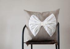 Ρίξτε το μαξιλάρι με το άσπρο τόξο για το εγχώριο ντεκόρ στοκ φωτογραφίες