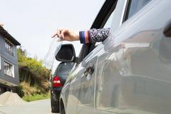 Ρίξτε το πλαστικό μπουκάλι από το αυτοκίνητο στοκ φωτογραφία με δικαίωμα ελεύθερης χρήσης
