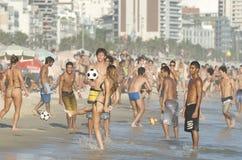 Ρίο Βραζιλιάνοι που παίζει το ποδόσφαιρο παραλιών Altinho Futebol Στοκ εικόνα με δικαίωμα ελεύθερης χρήσης