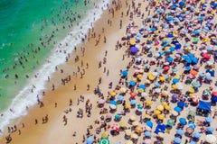 Ρίο ντε Τζανέιρο, Βραζιλία, εναέρια άποψη της παραλίας Copacabana που παρουσιάζει τις ζωηρόχρωμους ομπρέλες και ανθρώπους που λού στοκ φωτογραφία με δικαίωμα ελεύθερης χρήσης