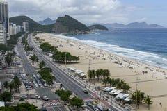 Ρίο ντε Τζανέιρο, Βραζιλία - 10 Νοεμβρίου 2018: Άποψη της παραλίας Copacabana που χτίζει άνωθεν στοκ εικόνα