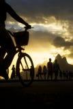 Ρίο ντε Τζανέιρο Βραζιλία παραλιών Ipanema σκιαγραφιών Biking Στοκ φωτογραφία με δικαίωμα ελεύθερης χρήσης