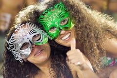 ΡΊΟ ΝΤΕ ΤΖΑΝΈΙΡΟ - ΣΤΙΣ 10 ΦΕΒΡΟΥΑΡΊΟΥ: Δύο κορίτσια στις μάσκες στις στάσεις στο ασβέστιο Στοκ εικόνα με δικαίωμα ελεύθερης χρήσης