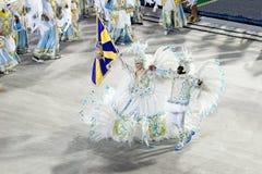 ΡΊΟ ΝΤΕ ΤΖΑΝΈΙΡΟ - ΣΤΙΣ 10 ΦΕΒΡΟΥΑΡΊΟΥ: Μια γυναίκα και άνδρες στο χορό κοστουμιών Στοκ Φωτογραφία