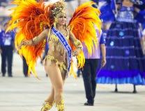 ΡΊΟ ΝΤΕ ΤΖΑΝΈΙΡΟ - ΣΤΙΣ 10 ΦΕΒΡΟΥΑΡΊΟΥ: Μια γυναίκα στο κοστούμι που χορεύει στο carn Στοκ Εικόνα