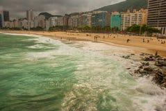 Ρίο ντε Τζανέιρο, Copacabana, παραλία λάμα, Βραζιλία: Όμορφο τοπίο με τις απόψεις θάλασσας και παραλιών Η διασημότερη παραλία στο στοκ εικόνες