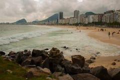 Ρίο ντε Τζανέιρο, Copacabana, παραλία λάμα, Βραζιλία: Όμορφο τοπίο με τις απόψεις θάλασσας και παραλιών Η διασημότερη παραλία στο στοκ εικόνα