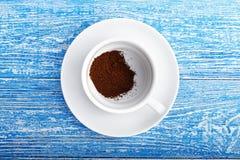 Ρίψη καφέ επάνω σε ένα φλυτζάνι Στοκ Εικόνες