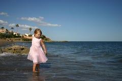 ρίψη πετρών κοριτσιών Στοκ Φωτογραφίες