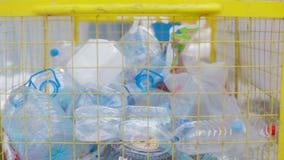 Ρίψη των πλαστικών αποβλήτων στο recyble δοχείο απόθεμα βίντεο