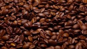 Ρίψη των ψημένων φασολιών καφέ στον παν, έξοχο σε αργή κίνηση πυροβολισμό απόθεμα βίντεο
