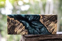 Ρίψη φραγμών Afzelia burl ξύλινη με τη σταθεροποίηση εποξικής ρητίνης για τα κενά στοκ εικόνα με δικαίωμα ελεύθερης χρήσης