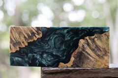 Ρίψη φραγμών Afzelia burl ξύλινη με τη σταθεροποίηση εποξικής ρητίνης για τα κενά στοκ φωτογραφίες με δικαίωμα ελεύθερης χρήσης