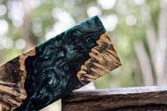 Ρίψη φραγμών Afzelia burl ξύλινη με τη σταθεροποίηση εποξικής ρητίνης για τα κενά στοκ φωτογραφία