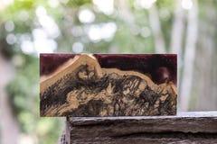 Ρίψη φραγμών Afzelia burl ξύλινη με τη σταθεροποίηση εποξικής ρητίνης για τα κενά στοκ φωτογραφίες