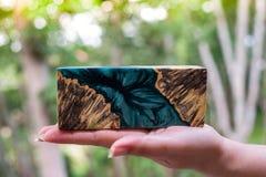 Ρίψη φραγμών Afzelia burl ξύλινη με τη σταθεροποίηση εποξικής ρητίνης για τα κενά στοκ εικόνες