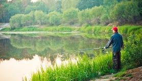 Ρίψη ψαράδων στον ήρεμο ποταμό Στοκ εικόνα με δικαίωμα ελεύθερης χρήσης
