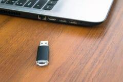 Ραβδί μνήμης USB ή κίνηση και φορητός προσωπικός υπολογιστής λάμψης Στοκ Φωτογραφία