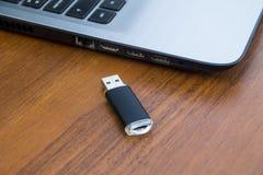 Ραβδί μνήμης USB ή κίνηση και φορητός προσωπικός υπολογιστής λάμψης Στοκ Εικόνα