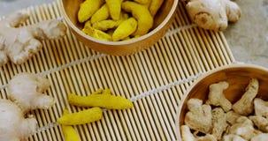 Ραβδί πιπεροριζών και turmeric στο μπαμπού placemat 4k απόθεμα βίντεο