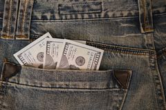 Ραβδί τριακόσιων λογαριασμών δολαρίων από μια τσέπη τζιν τζιν Στοκ Εικόνες