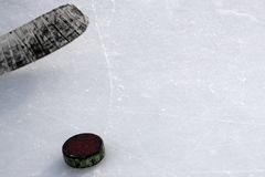 Ραβδί χόκεϋ πάγου με την άσπρες ταινία και τη σφαίρα Στοκ Εικόνα