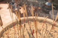 Ραβδιά θυμιάματος που καίνε με τον άσπρο καπνό στο δοχείο θυμιάματος Στοκ Εικόνα
