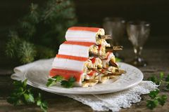 Ραβδιά καβουριών που γεμίζονται με το λειωμένο τυρί, τα βρασμένες αυγά και τις κλυπέες, με τη σάλτσα μαγιονέζας Στοκ εικόνες με δικαίωμα ελεύθερης χρήσης