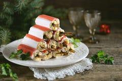 Ραβδιά καβουριών που γεμίζονται με το λειωμένο τυρί, τα βρασμένες αυγά και τις κλυπέες, με τη σάλτσα μαγιονέζας Στοκ Φωτογραφία