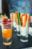 Ραβδιά και κρέας φρέσκων λαχανικών με τη σάλτσα σε ένα γυαλί Πρόχειρα φαγητά και canaps Στοκ φωτογραφία με δικαίωμα ελεύθερης χρήσης