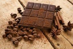 Ραβδιά κανέλας, σκοτεινός φραγμός σοκολάτας Στοκ εικόνα με δικαίωμα ελεύθερης χρήσης