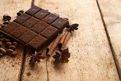 Ραβδιά κανέλας, σκοτεινός φραγμός σοκολάτας Στοκ Εικόνες