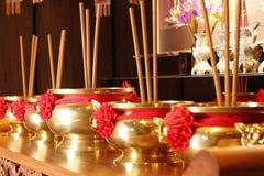 Ραβδιά κινέζικων ειδώλων ορείχαλκου στο tabel στοκ εικόνες