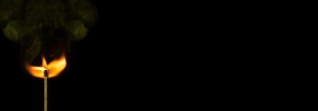 Ραβδί αντιστοιχιών με smock και φλόγα που απομονώνεται στο μαύρο υπόβαθρο με το διάστημα αντιγράφων Στοκ Εικόνες