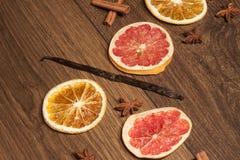 Ραβδί βανίλιας, μεταξύ των ξηρών φρούτων και των anis αστεριών Στοκ φωτογραφία με δικαίωμα ελεύθερης χρήσης