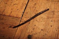 Ραβδί βανίλιας που απομονώνεται στον ξύλινο πίνακα στοκ φωτογραφία