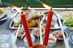 Ραβδί θυμιάματος και σειρά μαθημάτων τροφίμων για την προσφορά του Θεού με τον πρόγονο στην κινεζική παράδοση Στοκ Φωτογραφίες