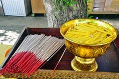 Ραβδί και κερί κινέζικων ειδώλων προσφοράς στο ναό της Ταϊλάνδης Στοκ φωτογραφίες με δικαίωμα ελεύθερης χρήσης