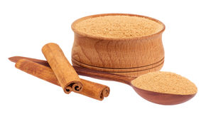 Ραβδιά κανέλας και ένα ξύλινο κουτάλι, φλυτζάνι Στοκ Εικόνες