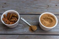 Ραβδιά κανέλας και σκόνη και κουταλάκι του γλυκού Στοκ φωτογραφία με δικαίωμα ελεύθερης χρήσης