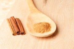 Ραβδιά κανέλας και σκόνη κανέλας σε ένα ξύλινο κουτάλι Στοκ φωτογραφίες με δικαίωμα ελεύθερης χρήσης