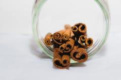 Ραβδιά κανέλας που συσσωρεύονται στο βάζο Στοκ Εικόνα