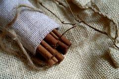 Ραβδιά κανέλας στην κουβέρτα καμβά Στοκ Φωτογραφίες