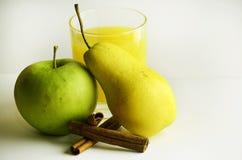 Ραβδιά κανέλας της Apple αχλαδιών και ο χυμός Στοκ Φωτογραφίες