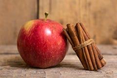 Ραβδιά μήλων και κανέλας Στοκ εικόνα με δικαίωμα ελεύθερης χρήσης