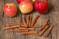 Ραβδιά μήλων και κανέλας Στοκ Φωτογραφίες