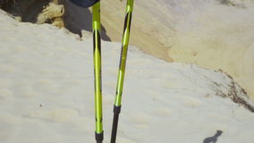 Ραβδιά περπατήματος που τοποθετούνται σκληρά στην άμμο στην κορυφή των βουνών κλείστε επάνω απόθεμα βίντεο