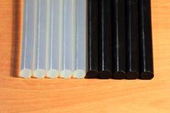 Ραβδιά πυροβόλων όπλων κόλλας για την τέχνη και τις ράβδους Στοκ Εικόνες